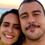 Joaquim Lopes mostrou suas gêmeas idênticas na orla da praia
