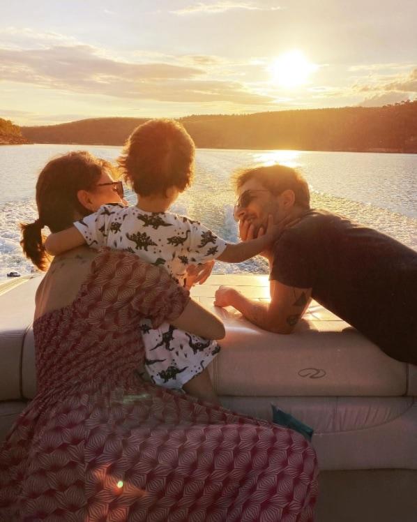 Junior Lima com a esposa Monica Benini o pequeno Otto