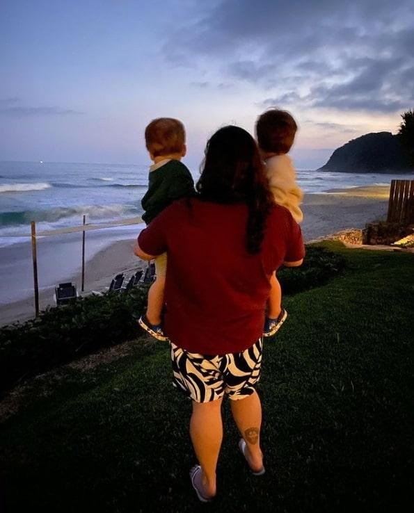 Os dois bebês de Paulo Gustavo ao lado da tia
