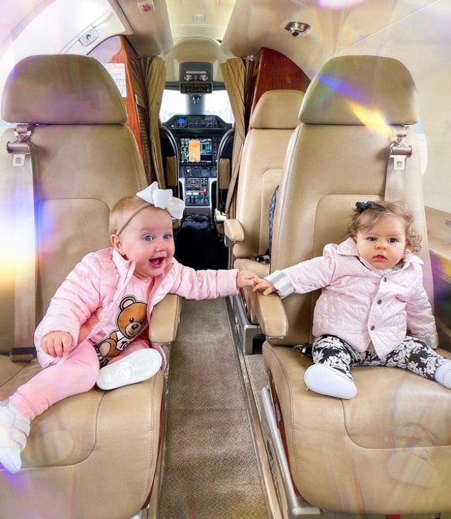 Filha de Roberto Justus junto com amiga em avião particular