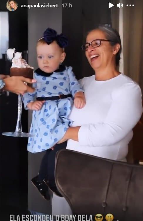 A bebê de Roberto Justus ao lado de sua babá
