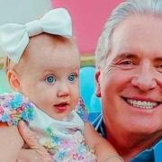 Roberto Justus mostrou a bebê Vicky junto com a babá