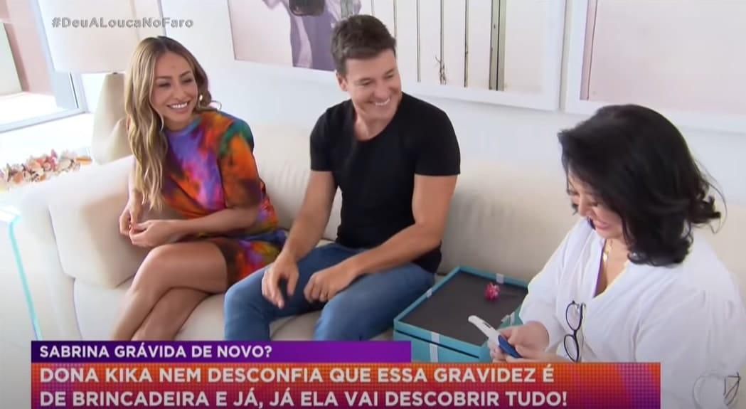 Sabrina Sato e Rodrigo Faro mostrando um teste de gravidez para Dona Kika