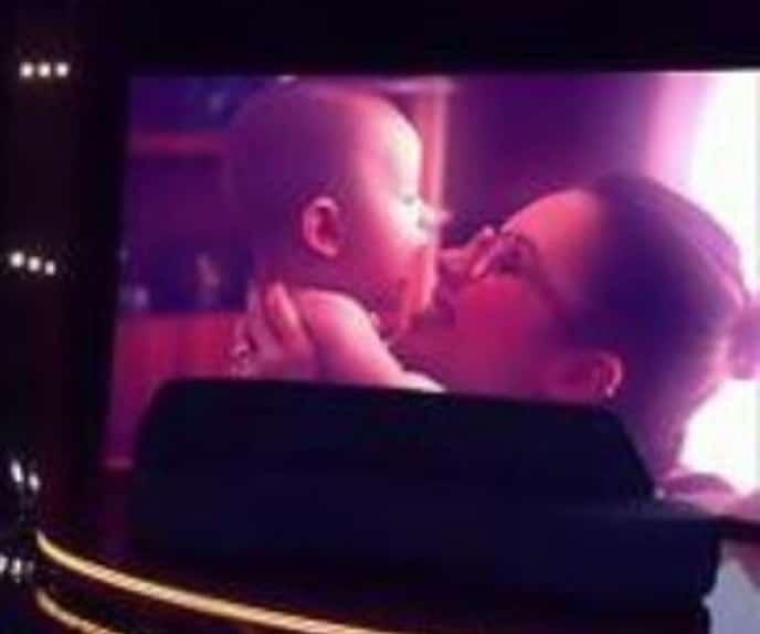 Sandy junto com seu filho Theo ainda bebê