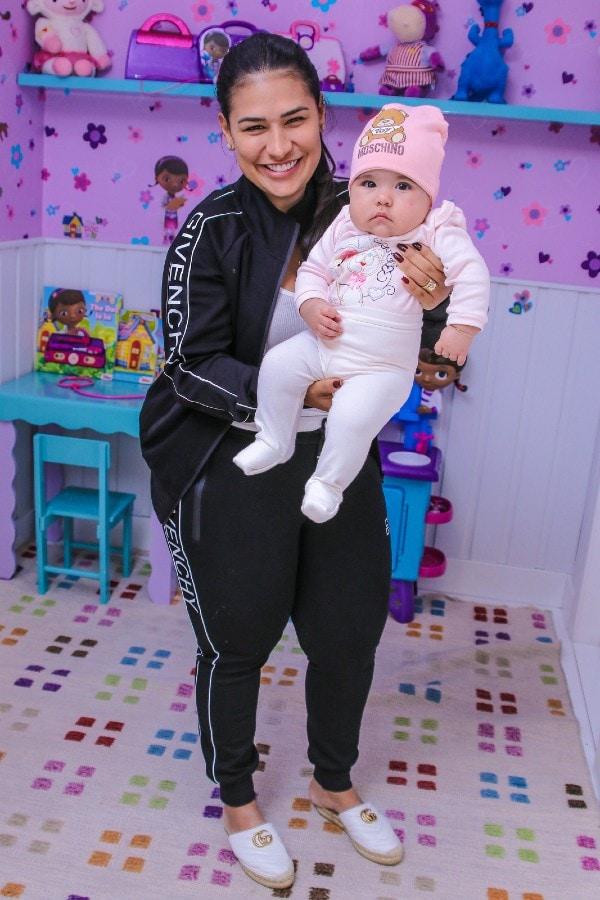 Simone e a sua filha Zaya com roupas luxuosas