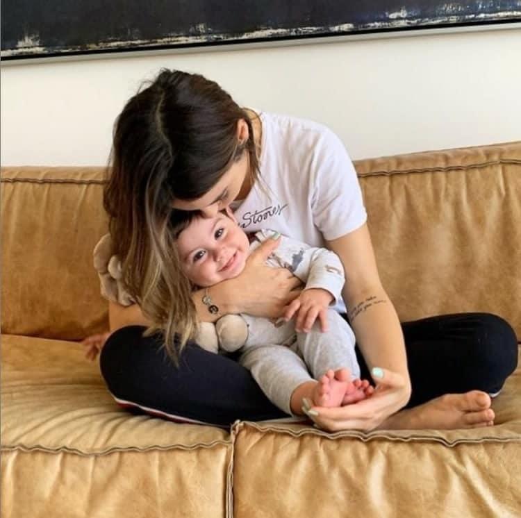 Sthefany Brito junto com o seu bebê