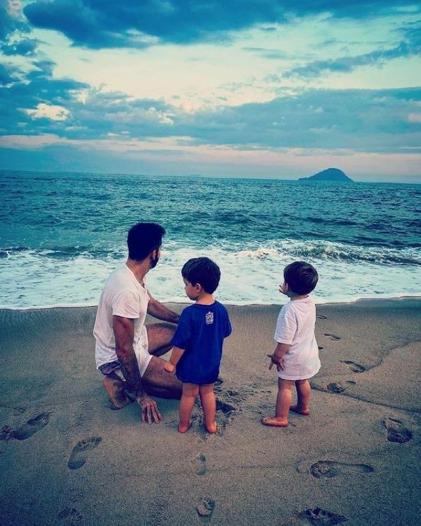 Thales Bretas junto com Gael e Romeu, seus filhos com Paulo Gustavo