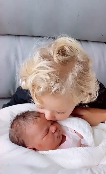 O filho de Thammy Miranda junto com bebê recém-nascida
