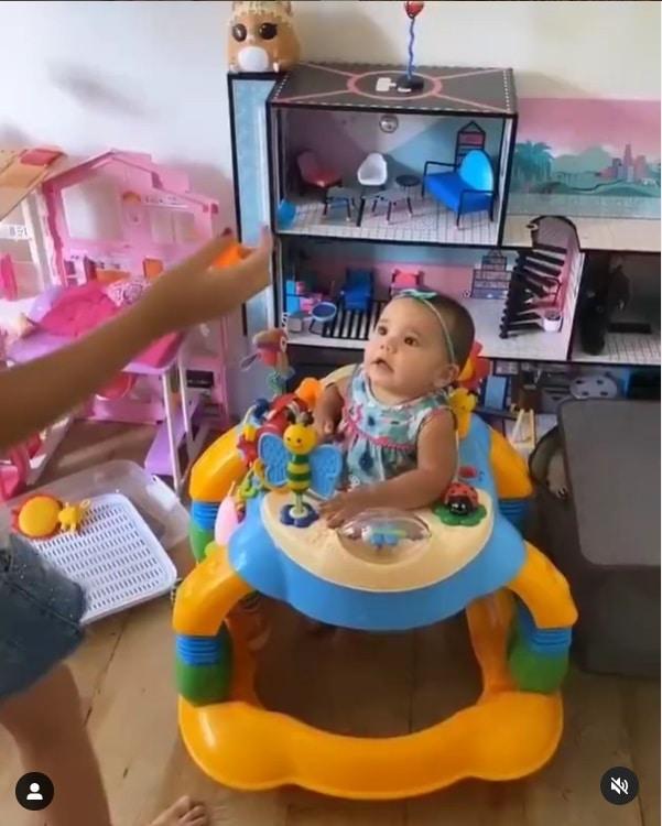 Ticiane Pinheiro mostrando as filhas com casa de bonecas