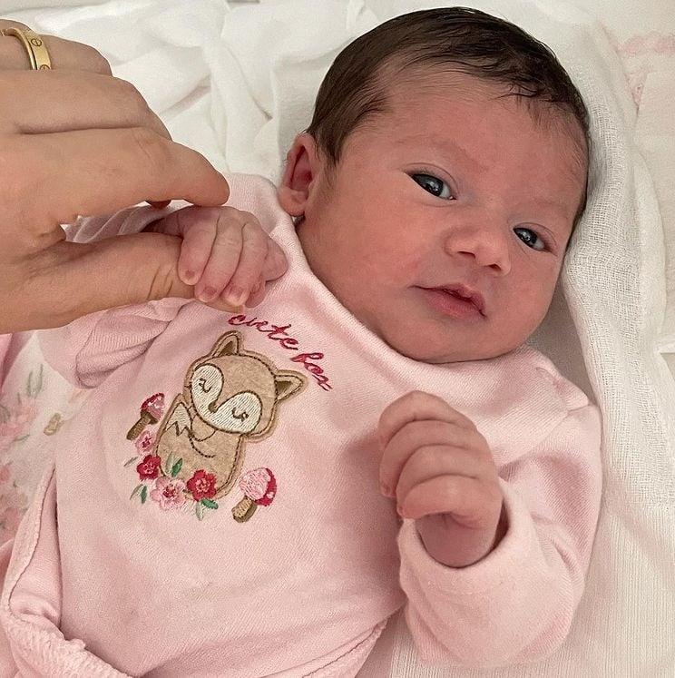 Virginia Fonseca mostrando a filha com os olhos abertos