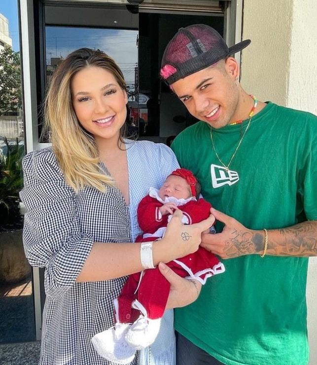 Virginia Fonseca e Zé Felipe deixando a maternidade com sua recém-nascida
