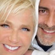 Xuxa Meneghel e o namorado posaram com recém-nascida Maya