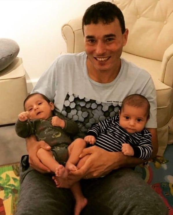 Andréia Sadi mostrando os gêmeos com André Rizek