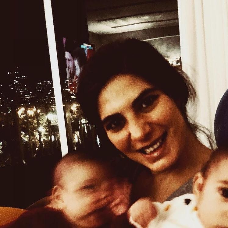 Andréia Sadi e seus filhos gêmeos de apenas rês meses