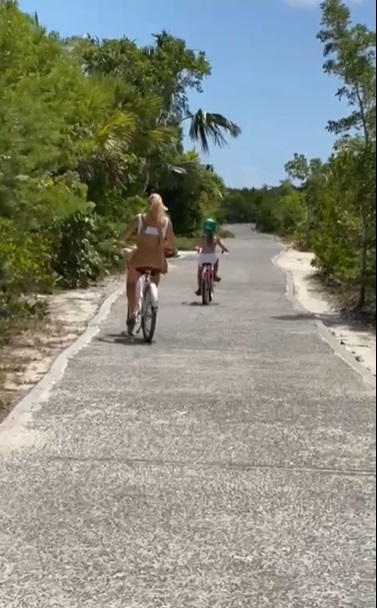 Angélica durante passeio de bicicleta com Eva