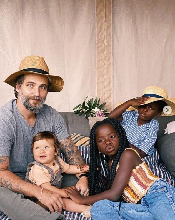 Bruno Gagliasso junto com os filhos em hotel de luxo