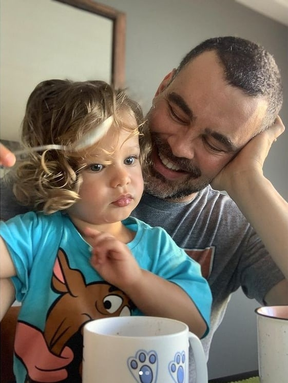 Carmo Dalla Vecchia mostrando o filho pela primeira vez