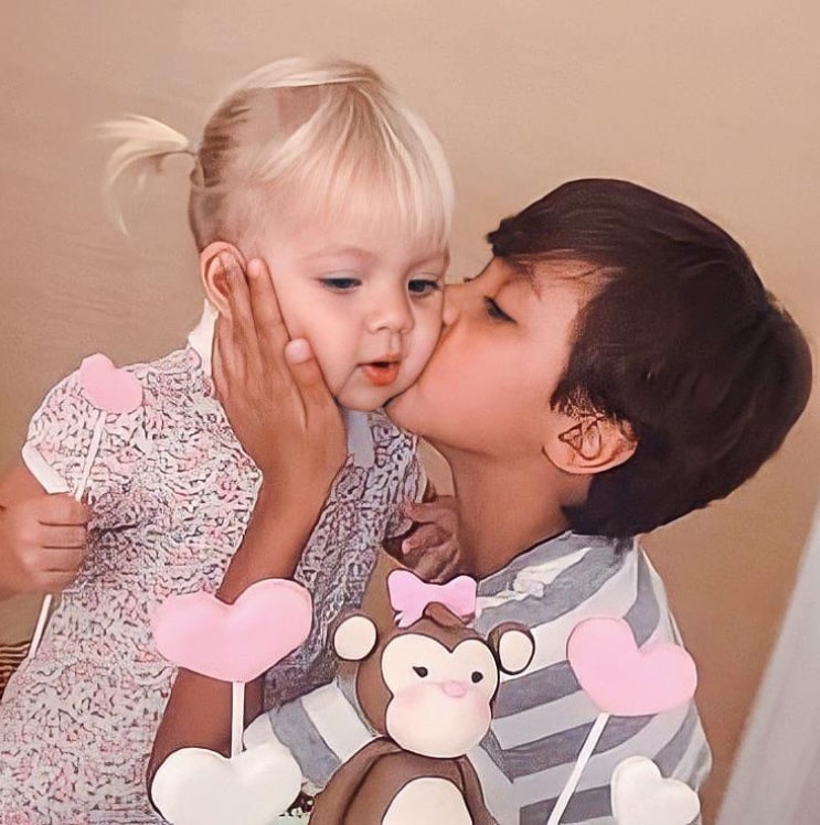 Eliana mostrou esta foto de Manuela e Arthur