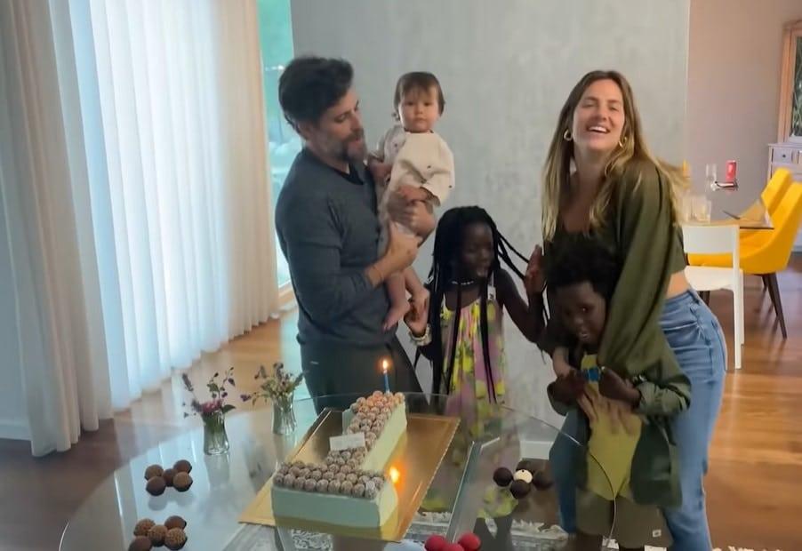 Giovanna Ewbank e Bruno Gagliasso celebrando um ano de Zyan