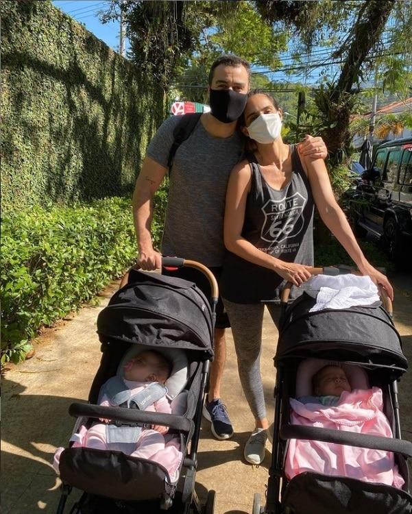 Joaquim Lopes e as suas bebês gêmeas