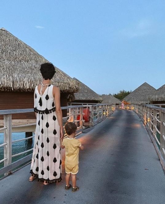 Filho de Junior Lima nas Maldivas com a sua mãe Monica Benini