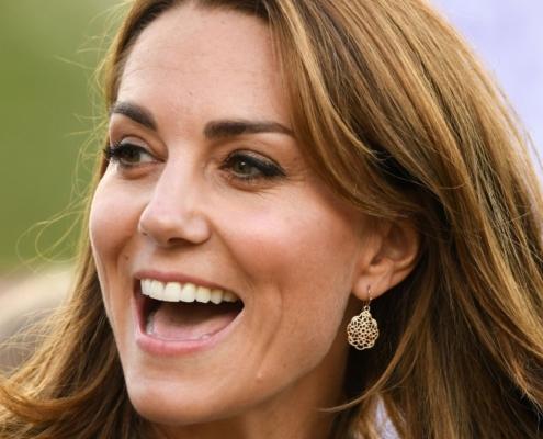 A duquesa Kate Middleton encantou ao aparecer com os filhos