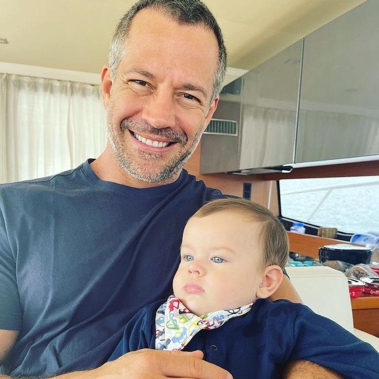 Malvino Salvador com o seu bebê depois de receber alta