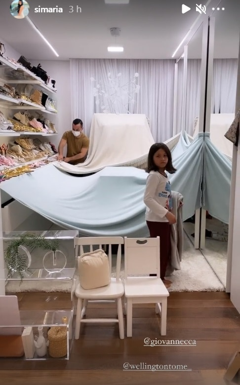 Simaria mostrando sua bebê no closet da sua luxuosa mansão