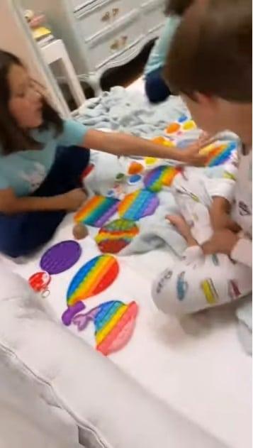 Simaria mostrando os filhos com coleção de brinquedos
