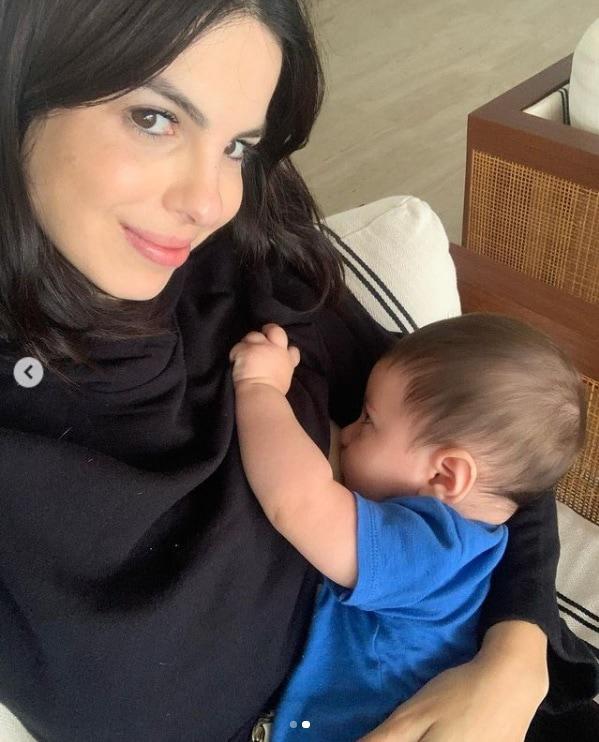 Sthefany Brito junto com seu bebê de sete meses