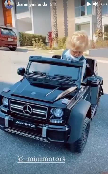 Filho de Thammy Miranda com um brinquedo de luxo