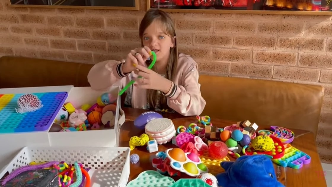 Ticiane Pinheiro mostrando seus brinquedos