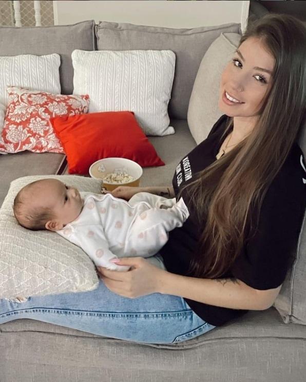 Noiva de Whindersson Nunes junto com a filha de uma amiga sua