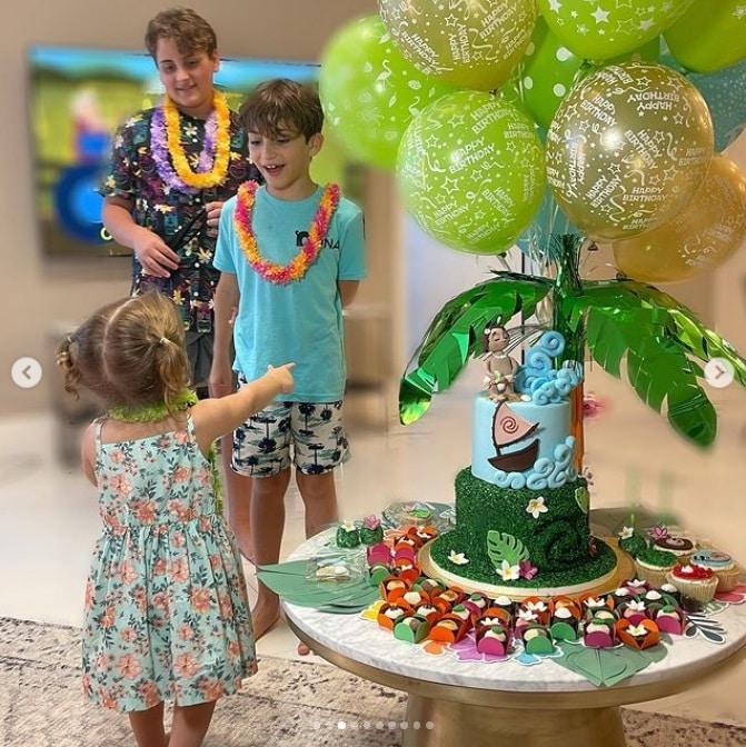 Claudia Leitte mostrando o aniversário de dois anos da filha