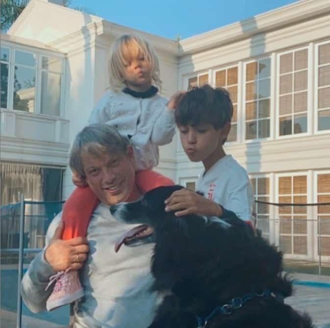 Eliana mostrando seu marido e os seus dois filhos