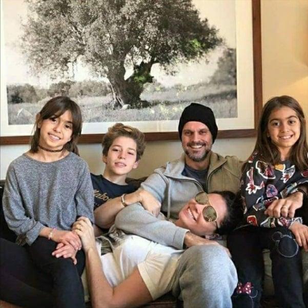 Giovanna Antonelli ao lado de seu marido e dos três filhos