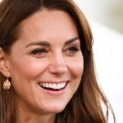 A duquesa Kate Middleton mostrou a princesa Charlotte com uma borboleta e encantou