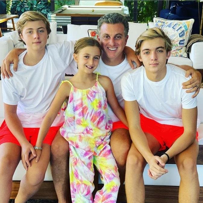 Luciano Huck ao lado de seus filhos com Angélica