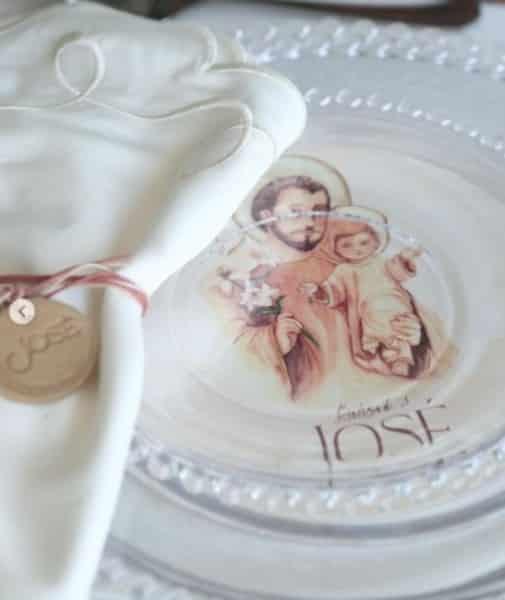 Toda a louça usada na festa do batizado do filho do Mano Walter era personalizada