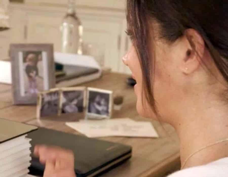 Meghan Markle mostrando a filha ainda recém-nascida