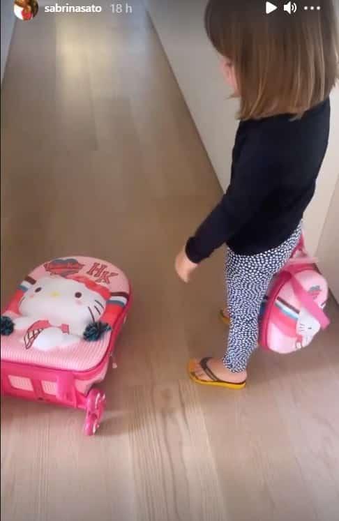 Sabrina Sato mostrando sua filha Zoe no primeiro dia de aula