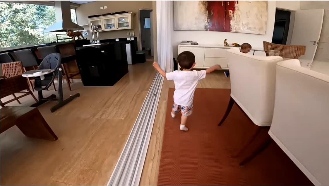 O menino Jake na nova casa que mora com Sammy