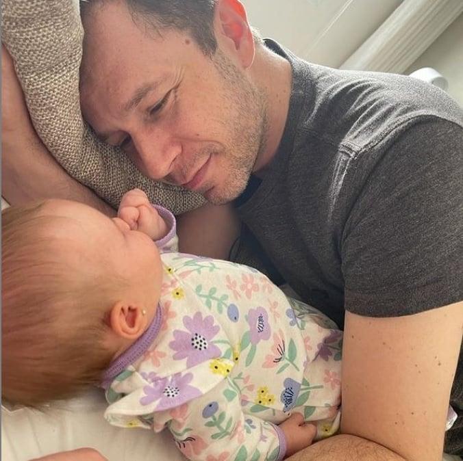 Tiago Leifert ao lado de sua bebê Lua com nove mese