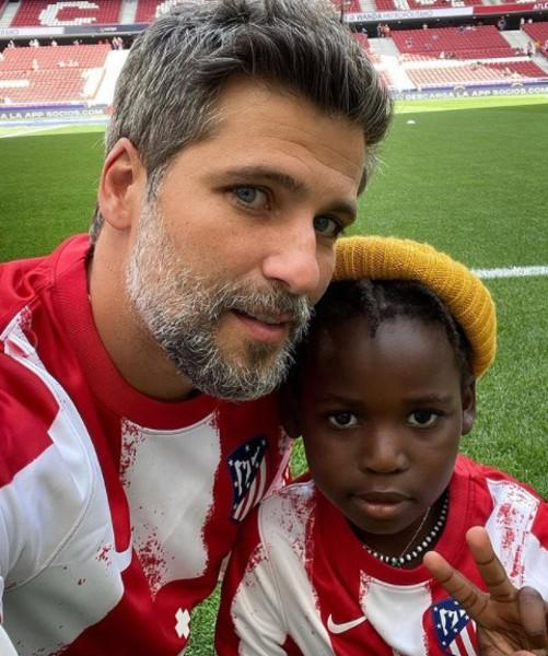 Bruno Gagliasso levou Bless para assistir um jogo de futebol