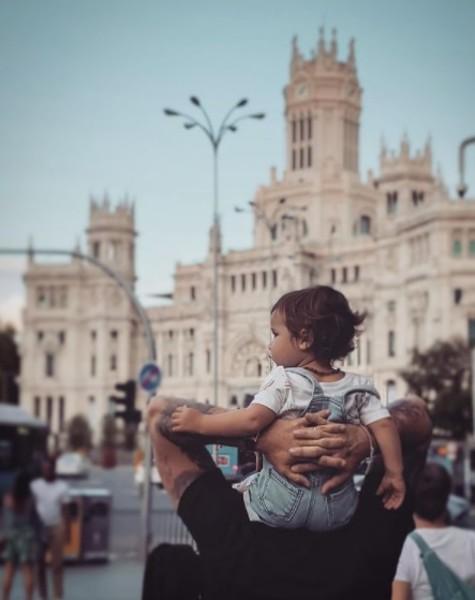 Zyan chamou a atenção junto com o pai, Bruno Gagliasso, em Madrid