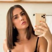 Deborah Secco compartilhou um lindo clique ao lado do marido e da filha