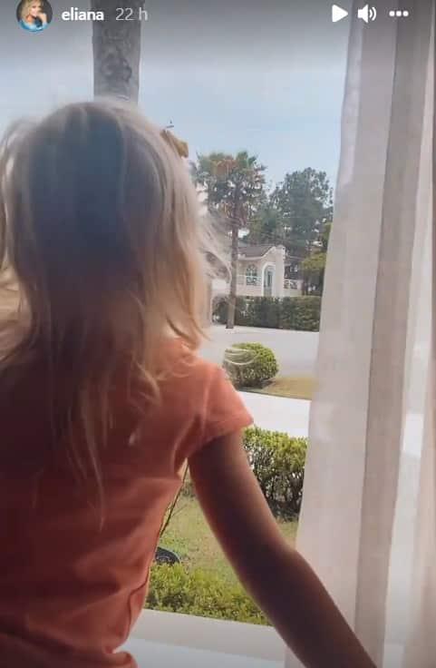 Eliana mostrando a filha na sua mansão