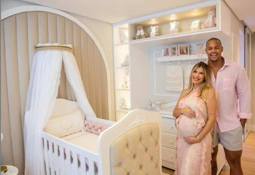Léo Santana e Lorena Improta surgem no quarto da filha