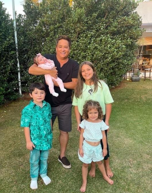 Leonardo ao lado de seus quatro netos