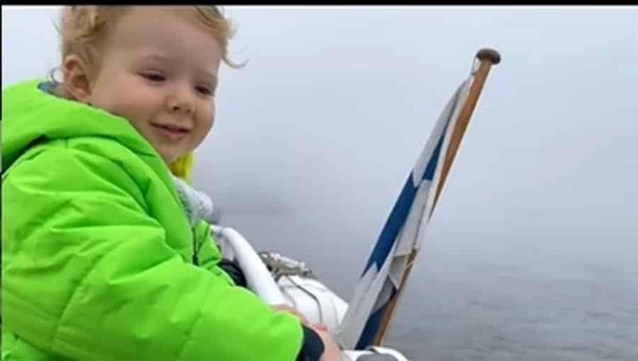 Letícia Colin mostrando seu filho na Finlândia